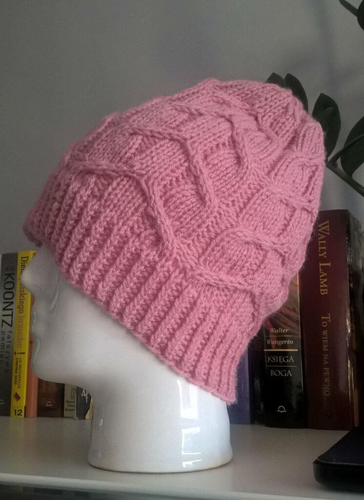 czapka z warkoczami na drutach