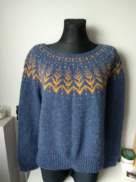 sweter z żakardowym karczkiem