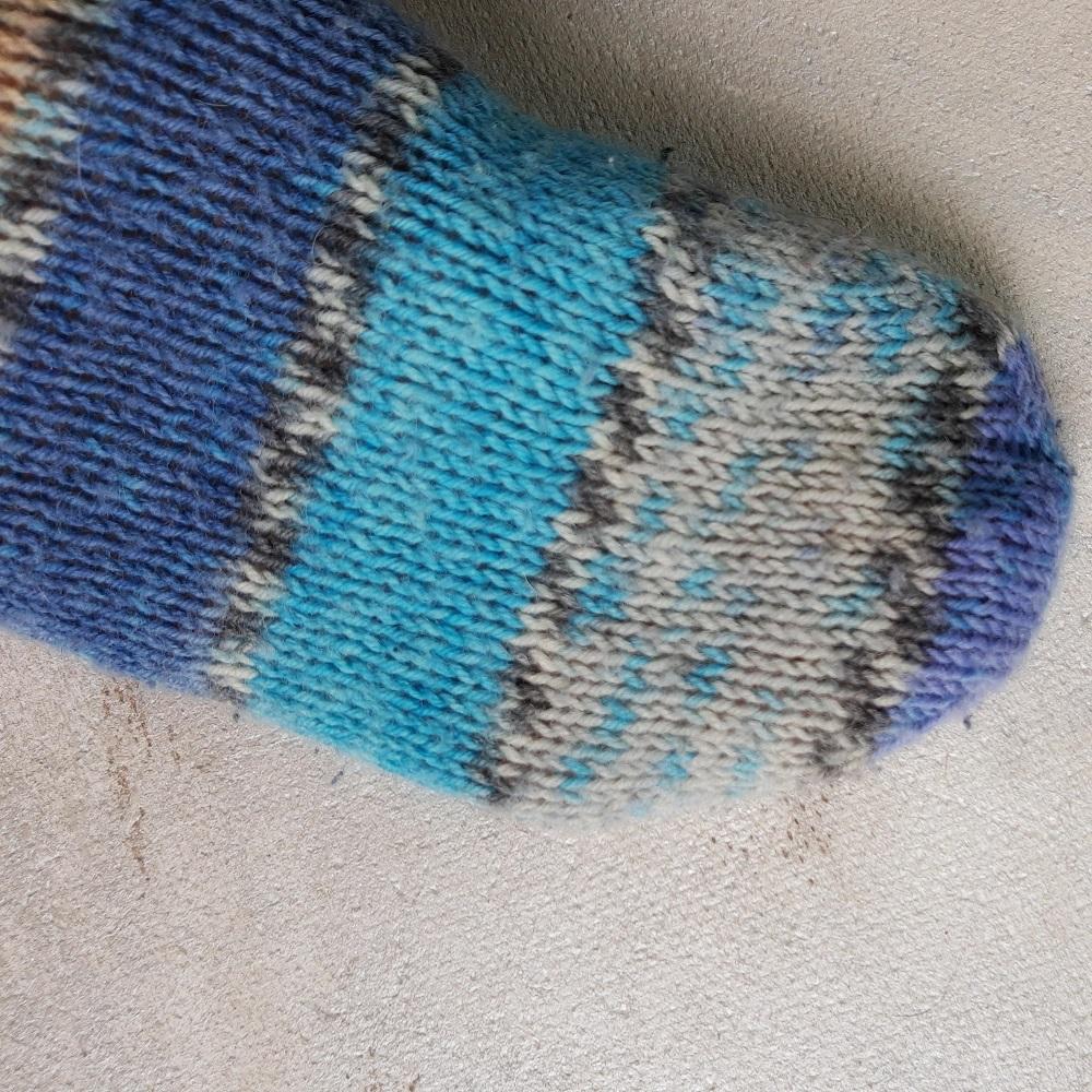 palce w skarpetkach na drutach