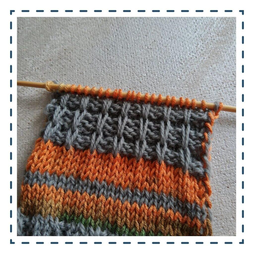 przekładane oczka na drutach